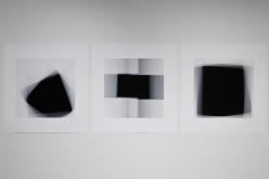 « Fading Icons (d'après «Carré noir sur fond blanc» de 1913, «Croix noire » et «Carré noir sur fond blanc » de 1923, de Kasimir Malévitch) », 2012, impressions au jet d'encre sur papier chiffon (photographie), 3 éléments de 86,5 x 86,5 cm
