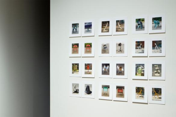 Extraits de la série «Se réserver un espace et partir », 2006-2009, photographie (impression au jet d'encre), dimensions variables, vue partielle de l'exposition «Entre des fragments de choses, d'espace et de temps », Maison des arts, Laval, 2012 - commissaire: Patrice Loubier (photo: Guy L'Heureux)