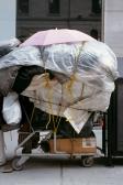 «Petite appropriation de la voie publique, traîner son avoir », de la série «Marquer le territoire – Transformer l'espace», 2004-2005, photographie (impression au jet d'encre montée sur aluminium), 167,3 cm x 117,5 cm
