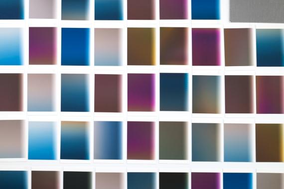 Vue d'atelier, «L'index» (extrait), travail en cours, 2016, photographie (impression à jet d'encresurpapier chiffon),environs 50 éléments de 10,2 x 12,7 cm. - Note: en format d'exposition, «L'index» sera constitué de plusieurs centaines (éventuellement plusieurs milliers) d'impressions de petits formats, sans marge ni encadrement, flottant à faible distance du mur.